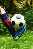 Pied de joueur de football avec la boule Photo stock