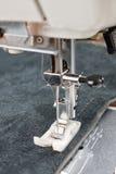 Pied de machine à coudre et article d'habillement Images stock