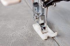Pied de machine à coudre et article d'habillement Photo stock