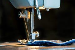 Pied de machine à coudre sur le tissu de jeans Photo libre de droits