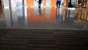 Pied de personnes à l'aéroport clips vidéos
