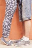 Pied de plan rapproché de couples de baiser extérieurs à la rue Photos libres de droits