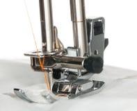 Pied en métal de machine à coudre sur le vêtement Photographie stock libre de droits