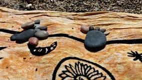 Pied en pierre dans la plage photo libre de droits