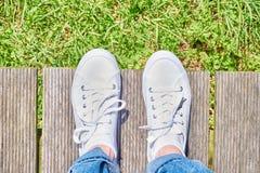 Pied et jambes, d'en haut Selfie des jambes sur le chemin en bois Photo libre de droits