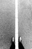 Pied et jambes de Selfie avec la ligne blanche sur la route bétonnée Rebecca 36 Image stock