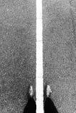 Pied et jambes de Selfie avec la ligne blanche sur la route bétonnée Rebecca 36 Images libres de droits