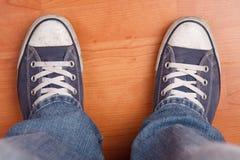 Pied humain avec des jeans et des espadrilles Photographie stock