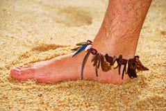 Pied humide de l'homme sur le sable images libres de droits