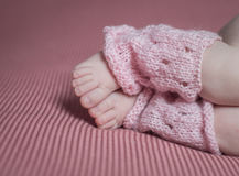 Pied nouveau-né d'enfant, amour de famille Photos stock