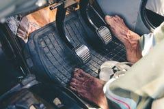 Pied nu sur l'accélérateur Chauffeur de taxi conduisant nu-pieds dans Sri décharné Image stock