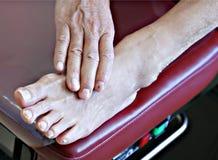 Pied patient aîné sur le banc Image libre de droits