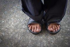 Pied sale d'un support d'homme sur le vieux plancher en béton Photographie stock libre de droits