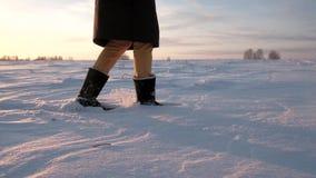 Piede che dà dei calci nella neve Rallentatore archivi video