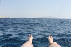 Piede che guarda sopra il mare Immagini Stock Libere da Diritti
