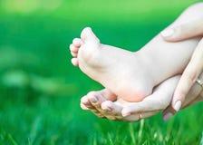 Piede del bambino sulla palma del ` s della madre Piccola gamba nuda del bambino Immagine Stock Libera da Diritti