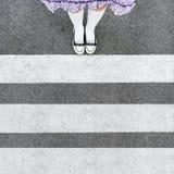 Piede del bambino sulla strada con il passaggio pedonale Immagine Stock