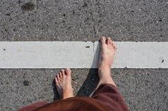 Piede del ragazzo asiatico sulla strada Fotografia Stock Libera da Diritti