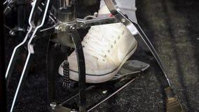 Piede del ` s del batterista in scarpe da tennis che muovono il pedale della spigola del tamburo clip Parte delle gambe sulle bac archivi video