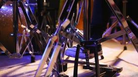 Piede del ` s del batterista in scarpe da tennis che muovono il pedale basso del tamburo, cursore stock footage