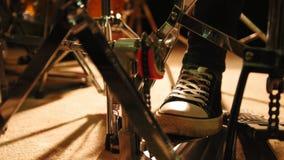 Piede del ` s del batterista in scarpe da tennis che muovono peda della spigola del tamburo stock footage