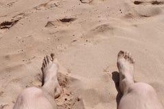 Piede del viaggiatore sopra la sabbia Immagini Stock