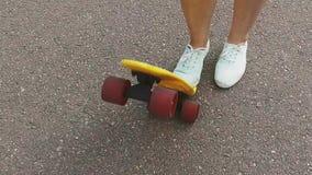 Piede dell'adolescente che mette breve pattino sull'estremità video d archivio