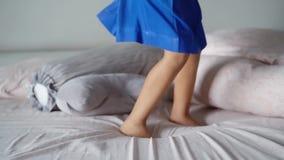 Piede della bambina che salta sul letto archivi video