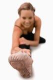Piede della donna che allunga sul pavimento Immagine Stock