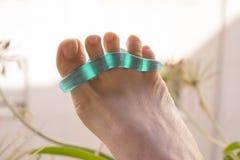 Piede della donna con la protesi del silicone per separare le dita del piede Immagine Stock Libera da Diritti