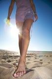 Piede della donna sulla sabbia immagini stock