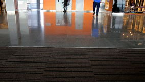 Piede della gente all'aeroporto archivi video