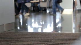 Piede della gente all'aeroporto stock footage
