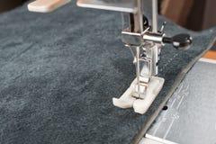 Piede della macchina per cucire e oggetto di abbigliamento Immagine Stock