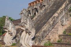 Piede delle scale in vecchio tempio fotografia stock