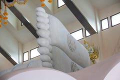 Piede di buddha Statua della stampa del piede una grande dell'immagine adagiantesi di Buddha Immagine Stock Libera da Diritti