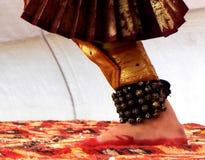 Piede di un ballerino classico indiano fotografia stock libera da diritti