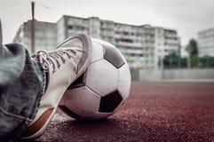 Piede di un uomo su un pallone da calcio fotografia stock