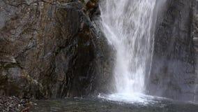 Piede di una cascata stretta della montagna circondata dalle scogliere Cascate di Gveletskie Georgia, Caucaso video d archivio