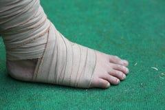 Piede e caviglia danneggiati con la fasciatura Fotografie Stock Libere da Diritti