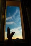 Piede in finestra Fotografie Stock Libere da Diritti