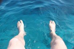 Piede sopra il mare blu Immagini Stock