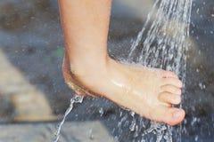 Piede sotto la doccia Immagine Stock Libera da Diritti