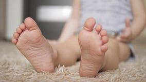 Piede a tappeto bianco, fine del bambino su video d archivio