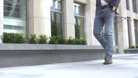 Piede umano con le scarpe di cuoio ed i jeans marroni archivi video