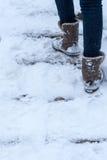 Piedi che camminano attraverso la neve Fotografia Stock