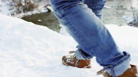 Piedi che camminano nel colpo profondo della neve al rallentatore i punti del piede della viandante è di showen fra bello paesagg archivi video
