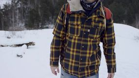 Piedi che camminano nel colpo profondo della neve al rallentatore i punti del piede della viandante è di showen fra bello paesagg stock footage