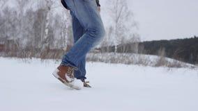 Piedi che camminano nel colpo profondo della neve al rallentatore i punti del piede della viandante è di showen fra bello paesagg video d archivio