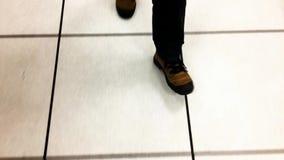 Piedi che camminano sul pavimento bianco archivi video